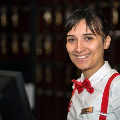 """""""Durch das Projekt ich habe erfahren - wer helfen will, der sucht Wege. Wer arbeiten will, der bekommt auch seine Chance."""" (Fevziie B. aus der Ukraine, 29 Jahre alt, 1 Kind, hat durch die Unterstützung bei Bewerbungen einen Job als Rezeptionistin im Hotel gefunden)"""