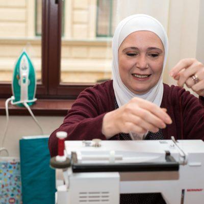 """""""Das Projekt gab mir die Chance meine Lieblingsarbeit zu finden."""" (Sandra T. aus Syrien, 44 Jahre, 3 Kinder fand durch das Praktikum in einem Schneider-Fachgeschäft einen Job)"""