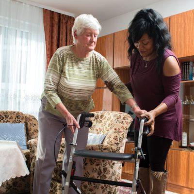 """""""Ich kann jetzt besser mit anderen Leuten sprechen und auf sie zugehen.""""  (Violet I. aus Nigeria, 40 Jahre, 1 Kind absolvierte ein Praktikum im Seniorenheim, arbeitet jetzt im Bereich Lager/Logistik)"""