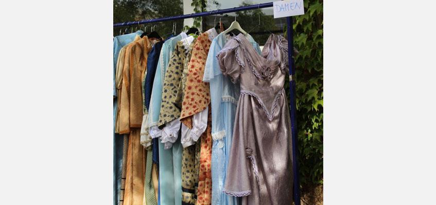 Verkauf von historischen Kostümen im schönen Garten der Kindersingakademie